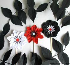 Día del libro & flores. La libreríaMoito Contoquiso regalar a sus clientes unas flores muy especiales en este día con los colores de su logo (blanco, rojo y negro). Flores de papel hechas a m…