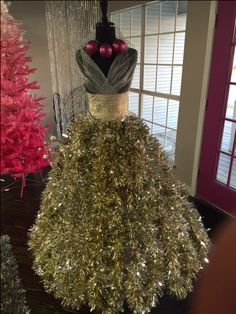 CHRISTMAS TREE~Designed by Arlean M. at Amore Dress Boutique in Houston, Texas Nice to see a Dress Form Xmas Tree with gold instead of green garland. Mannequin Christmas Tree, Dress Form Christmas Tree, Unique Christmas Trees, Christmas Sweaters, Christmas Crafts, Christmas Ornaments, Christmas 2019, Christmas Dresses, Black Christmas