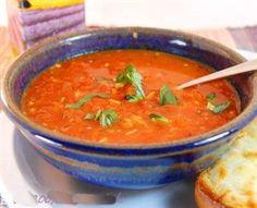 Dit recept voor verse tomatensoep is de meest simpele versie die je maar kunt bedenken. Wees dus vrij om te variëren, voeg bijvoorbeeld gehaktballetjes en basilicum toe.