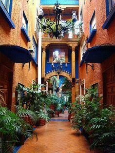 Interior of hotel dolores alba merida yucatan mexico for Diseno de interiores merida