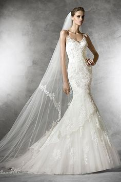 Original, mermaid dress with v-neck, in tulle with lace, guipure and gemstone embroidery. Pronovias 2016 wedding dress collection