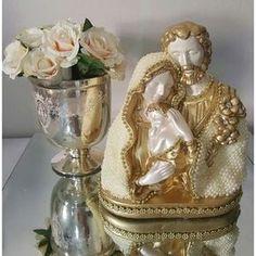 Sagrada Família em gesso, revestida artesanalmente em pérolas com detalhes em strass, com 19 cm de altura e 15 cm de largura.