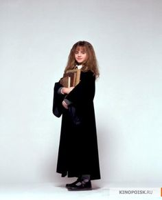 A gallery of Harry Potter and the Sorcerer's Stone publicity stills and other photos. Featuring Daniel Radcliffe, Rupert Grint, Emma Watson, Maggie Smith and others. Hermione Granger, Harry Hermione Ron, Harry Potter Images, Harry Potter Characters, Harry Potter Fandom, Hogwarts, Granger And Co, Maggie Smith, The Sorcerer's Stone