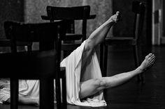 Obra Cafe muller de Pina Bausch; lo relacionamos con clases de danza en la practica! tomamos de pina la nocion de trabajar la corporalidad natural y la expresion del cuerpo por si mismo