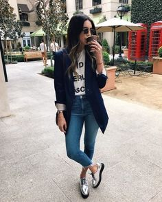 Un look d'automne casual avec un T-shirt à message et des derbies argentées