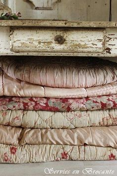 Shabby Chic Decor cool and cozy ideas - Truly ingenious styling tips. shabby chic inspiration nice and canny image status imagined on this day 20181222 , Shabby Chic Kitchen Decor, Shabby Chic Cottage, Shabby Chic Homes, Shabby Chic Style, Vintage Textiles, Vintage Quilts, Vintage Bedding, Antique Quilts, Living Vintage