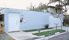 A altura do muro desta casa foi planejada para dar aos moradores a sensação de segurança e privacidade. Erguido com tijolo comum de barro, o acabamento foi feito com uma mistura de massa de areia e cimento frisado. Projeto de Luiz Pereira Barretto.