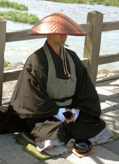 Yuzen, a buddhist monk from the Sōtō Zen sect begging at Oigawa, Kyoto. Begging is part of the training of some Buddhist sects. Japanese Monk, Japanese Buddhism, Buddhism Zen, Chinese Buddhism, Japanese Things, Japanese Temple, Japanese Folklore, Wings Of Fire, Aikido
