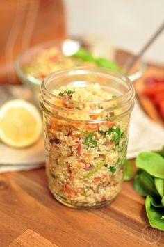 Gesunde Jause: Quinoasalat mit Gemüse