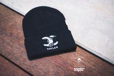 Das ist mal ein fettes Logo! Die Beanie WL No. 1 Old School von Cayler & Sons hat es in sich: Vorne der hervorstehende Labelpatch, hinten und an der Seite weitere, kleine Details mit dem Labelnamen. Die Mütze aus weichem Rippstrick passt sich perfekt an deinen Kopf an und hält auch bei Schnee und Kälte schön warm. Exklusiv nur bei SNIPES im Onlineshop und in ausgewählten Stores erhältlich. Artikelnr.: 7020030 Preis: 19,99 Euro #snipes #snipescom #snipesknows #beanie #headwear #caylerandsons