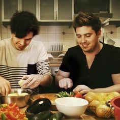 """KOCHABEND statt KOCHBUCH: Verschenke statt """"Kochen mit Jamie Oliver"""" dieses mal lieber """"Kochen mit Dir"""". Schnippeln, schälen und bei einem Glas Wein die Speisen abschmecken. Durch die gemeinsame Zubereitung wird der Abend zum Erlebnis noch bevor das Essen auf dem Tisch steht. #EssGenuss, #Lebenslust, #Freunde, #Geschenk"""