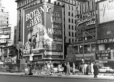 Relive the 1950s Golden Age of Cinema in NYC (PHOTOS) #bigappled #nyc #newyork Botany Bay, Paramount Theater, New York Life, Vintage Architecture, Yesterday And Today, Historical Sites, Vintage Photography, Golden Age