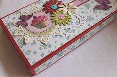 Piękne pudełko to zapowiedź ślicznej kartki i serdecznych życzeń.