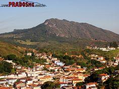 Vista parcial da cidade de Prados/MG com a linda serra de São José ao fundo.