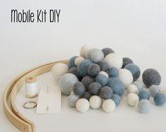 Etsy :: El lugar para comprar y vender todo lo que está hecho a mano Diy Cot Mobile, Diy Crib, Do It Yourself Kit, Felt Ball, Handmade Items, Handmade Gifts, Diy Kits, Kids Bedroom, Wool Felt