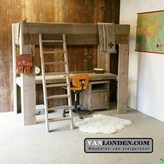 Hoogslaper bed met bureau van steigerhout ... www.vanlonden.com