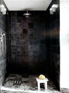 Donkere badkamers ogen chique, alsof ze in een hotel thuishoren. Zwarte muren in de badkamer geven een heel andere uitstraling dan witte tegels.