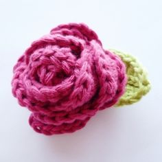 This crochet rose is very easy to make. The Dutch tutorial is on my blog, the link to the English version as well.