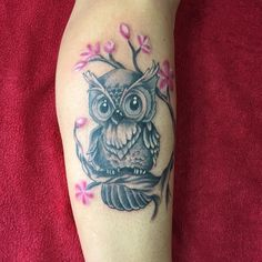 Owl tattoos are a classic example of adding meaningfulness to eye catching and attractive designs, and tattoo lovers can ask for nothing more. Baby Owl Tattoos, Cute Tattoos, Body Art Tattoos, Sleeve Tattoos, Tattoos For Guys, Animal Tattoos, Fish Tattoos, Owl Tattoo Design, Tattoo Designs