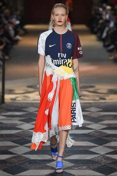 Koché Spring 2018 Ready-to-Wear Fashion Show Collection Fashion 2018, Runway Fashion, Casual Dresses For Women, Nice Dresses, Remake Clothes, Patchwork Dress, Sporty Outfits, T Shirt Diy, Vogue