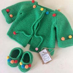Bir kere daha çok severek ördüğüm yeşil ponponlu hırkamız bu sefer makos… Once again, we have added the green cheerleader cardigan, and this time we are ready to set off for the little princess. Baby Sweater Knitting Pattern, Crochet Baby Jacket, Knitted Baby Cardigan, Knitted Baby Clothes, Baby Knitting Patterns, Baby Patterns, Girls Sweaters, Baby Sweaters, Pull Bebe