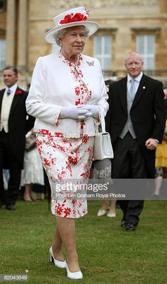 Queen Elizabeth II attends the last summer Garden Party of 2008 at Buckingham Palace on July 2008 in London, England. Get premium, high resolution news photos at Getty Images God Save The Queen, Hm The Queen, Royal Queen, Her Majesty The Queen, Prinz Philip, Queen And Prince Phillip, Die Queen, Queen Hat, The Last Summer