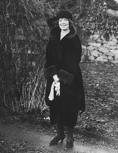 Fun story: This is Kitty Kiernan, who was dating Michael Collins' best friend Harry Boland, but then she decided she liked Michael Collins better so she dumped Harry for his BFF. So then she and Mick got engaged, but then he died. Ireland 1916, Dublin Ireland, Ireland Travel, Iconic Photos, Old Photos, Vintage Photos, Vintage Magazines, Irish Independence, Irish People
