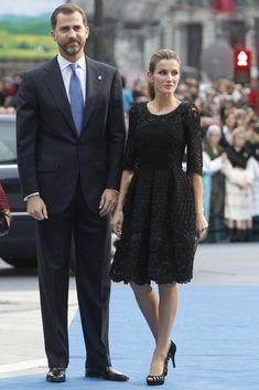 Looks de la Princesa Letizia - little black dress. Lo llevó en la entrega de los Premios Príncipe de Asturias en 2010 y es uno de los mejores looks de la Princesa. Con encaje, bordados y pedrería,