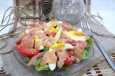 Салат с красной рыбой, яйцами и помидорами