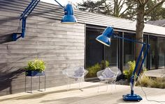 New from British brand Anglepoise: Two giant outdoor versions of its iconic desk lamp. Why so big? The first giant Anglepoise—the Original thre Outdoor Floor Lamps, Outdoor Flooring, Outdoor Walls, Outdoor Lighting, Outdoor Spaces, Outdoor Dining, Indoor Outdoor, Ballon Lampe, Anglepoise Lamp