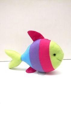 Este kit contem 4 peças :    1 tartaruga de 35 cm comp.  1 peixe de 25 cm comp.  1 polvo de 25 cm alt.  1 estrela do mar de 25 cm alt.    Peças decorativas, feitas em feltro e enchimento siliconado, com detalhes de meia pérolas,       Não trabalhamos com pronta entrega, apenas sob encomenda.    N... Felt Ornaments Patterns, Felt Patterns, Felt Crafts, Diy And Crafts, Crafts For Kids, Bookmarks For Books, Felt Fish, Underwater Theme, Felt Brooch