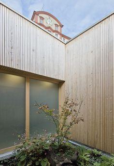 Visitor's center and restaurant . Wooden Facade, Wood Architecture, Garage Doors, Restaurant, Facades, Outdoor Decor, Beautiful, Detail, Home Decor