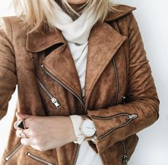 Loving the color of the leather jacket. That style is pretty perfect. I've been wanting a moto jacket for quite a while Looks Street Style, Looks Style, Style Me, Fall Winter Outfits, Autumn Winter Fashion, Winter Style, Suede Moto Jacket, Look Boho, Mode Inspiration