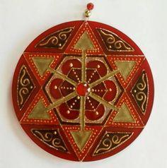 Mandala em acrílico de 15cm de diâmetro, pintura vitral, decorada com tinta relevo dourada e pedrinhas em ambos os lados. R$ 27,00