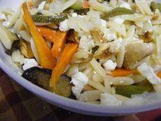 Salada de pevide, nozes, feta e legumes assados