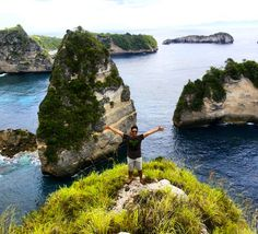 Bukit Atuh Nusa Penida dengan pemandangan pulau pulau kecil berbentuk batu lancip