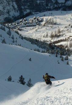 ´Buceando` nieve en Baqueira Beret - Snow Tracks. Al fondo el pueblo de Bagergue