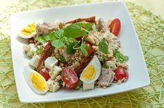 Tonnikala-couscoussalaatti  n. 6-8 annosta   3-4 keitettyä munaa 2 1/2 dl vettä ½ kasvis- tai kalal...