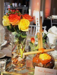 Centro de mesa tonos naranjos y amarillos. Diseño Flores y Piedras. www.floresypiedras.cl