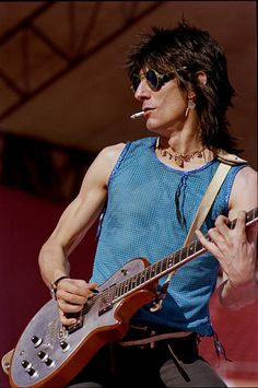 Ronnie Wood (The Rolling Stones, Faces, Rod Stewart, The Birds, the Creation…) Los Rolling Stones, Like A Rolling Stone, Crossfire Hurricane, Ron Woods, Best Guitar Players, Ronnie Wood, Jeff Beck, Charlie Watts, Greatest Rock Bands