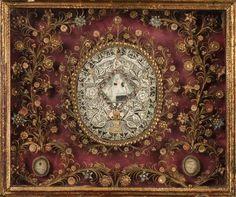 Fabriqués par des religieuses des ordres contemplatifs, ces anonymes et pourtant somptueux reliquaires de papiers roulés, appelés « paperoles » dans le Midi de la France, sont le miroir du renouveau religieux apparu au XVIIe siècle.