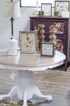 How to Get a Weathered Wood Look on Your Kitchen Table Top Using Paint & Stain Painted Table Tops, Painted Kitchen Tables, Kitchen Paint, Diy Kitchen, Kitchen Ideas, Kitchen Decor, Painting Laminate Table, Refinishing Kitchen Tables, Farmhouse Furniture