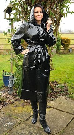 Wet and sexy! Vinyl Raincoat, Plastic Raincoat, Pvc Raincoat, Latex Fashion, 70s Fashion, Imper Pvc, Black Mac, Mode Latex, Black Raincoat