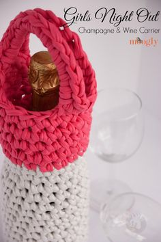 T-shirt yarn and a Q hook make the Girls Night Out Champagne & Wine Carrier a super fast and fun crochet project! Crochet Cozy, All Free Crochet, Crochet Gifts, Learn To Crochet, Beginner Crochet, Cotton Crochet, Yarn Projects, Crochet Projects, Tshirt Garn
