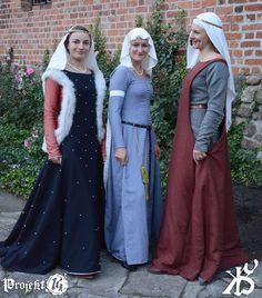 Welvarende vrouwen in de zogeheten hellepoort jurk, die eind 13de eeuw in de mode kwam.