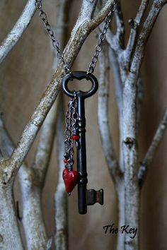 Red Heart Necklace - Antique Skeleton Key Necklace - Charm Necklace I LOVE this! Wire Jewelry, Jewelry Crafts, Beaded Jewelry, Jewelery, Handmade Jewelry, Jewelry Holder, Jewelry Box, Diy Schmuck, Schmuck Design