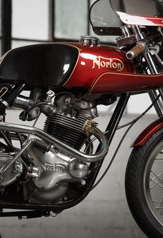 The Norton Commando is a motorcycle that probably shouldn't have been as successful as it was. It was released in 1968 using a parallel twin that was Triumph Cafe Racer, Norton Cafe Racer, Cafe Racers, Norton Bike, Norton Motorcycle, Cafe Racer Motorcycle, Girl Motorcycle, Motorcycle Quotes, British Motorcycles