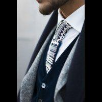 Костюм-тройка жениха и галстук с необычным принтом