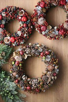 Как сделать рождественский новогодний венок своими руками – пошаговые мастер-классы и фото идеи для вдохновения! Christmas Advent Wreath, Christmas Pine Cones, Christmas Door Decorations, Xmas Wreaths, Christmas Mood, Rustic Christmas, Simple Christmas, Christmas Crafts, Christmas Ideas