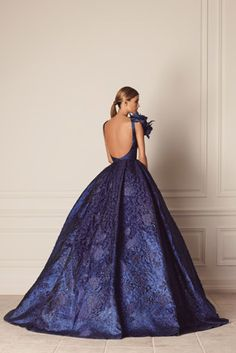 A navy blue brocade ball gown with floral appliqué Royal Blue Dresses, Blue Wedding Dresses, Formal Dresses, Beautiful Gowns, Beautiful Outfits, Rehearsal Dinner Outfits, Marine Uniform, Glamour, Models